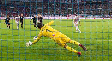 Igor Angulo strzela gola z rzutu karnego (fot. przecie)